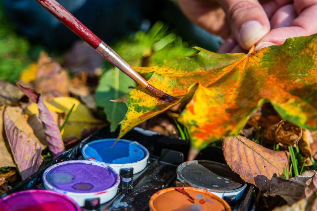 Bildquelle: Fotolia © animaflora herbstliche Deko Blätter anmalen