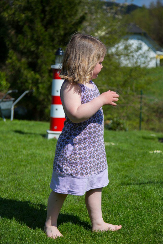 barfuß laufen im garten Kinder