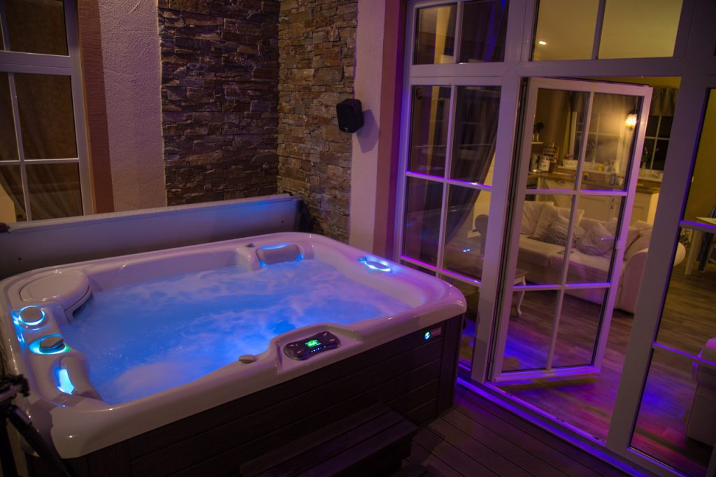 relax cottage mon petit chalet whirlpool abends