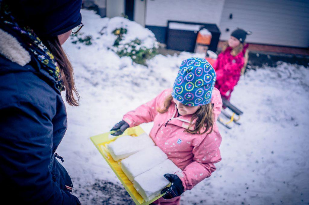 Schneekuchen Kinder im schnee