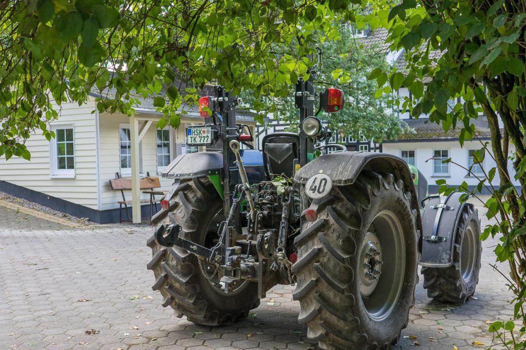 Traktor fahren Hof köhne urlaub