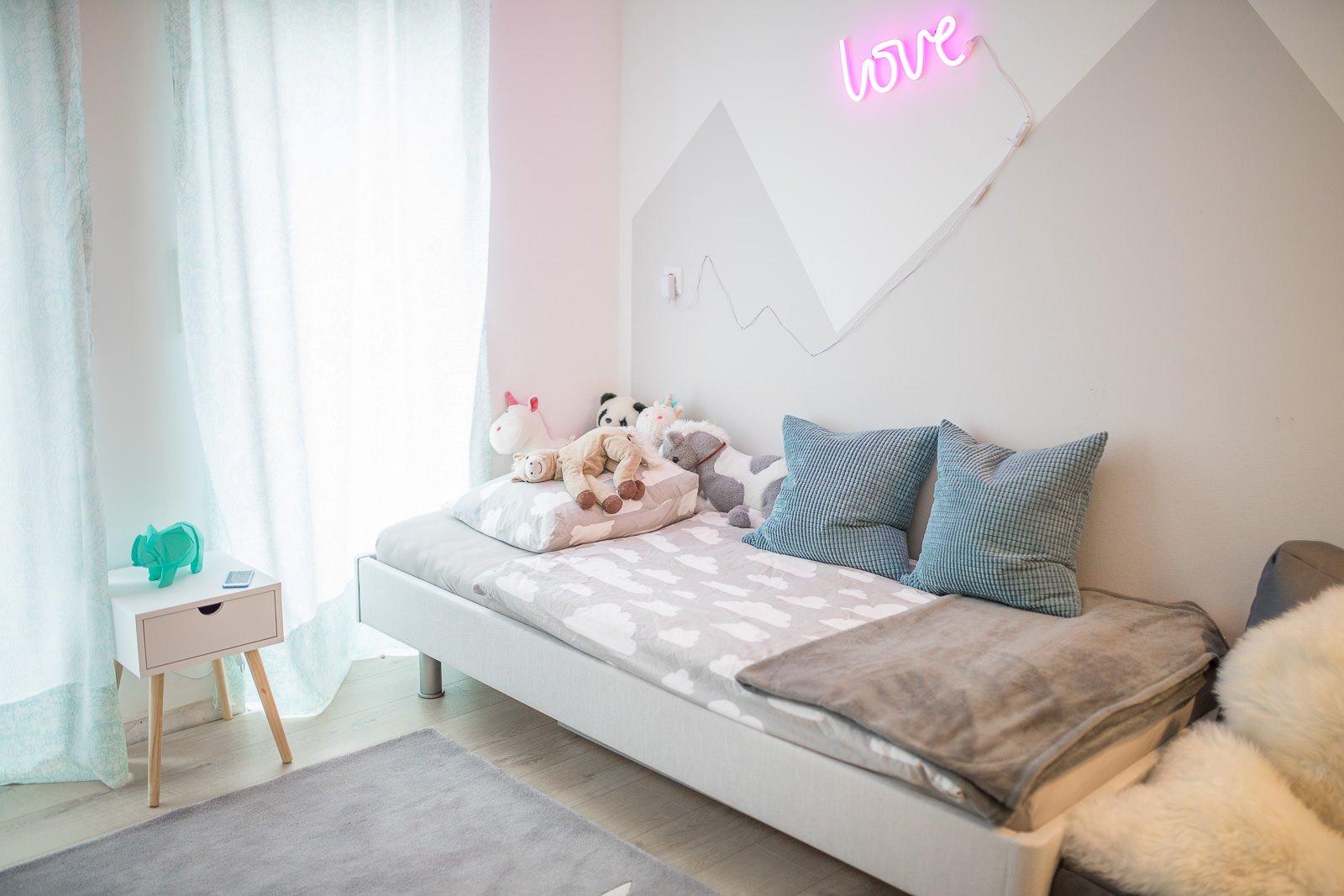 Bett im Kinderzimmer